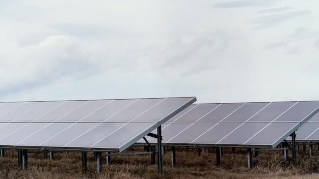 Campo con molti pannelli solari e spazio di copia