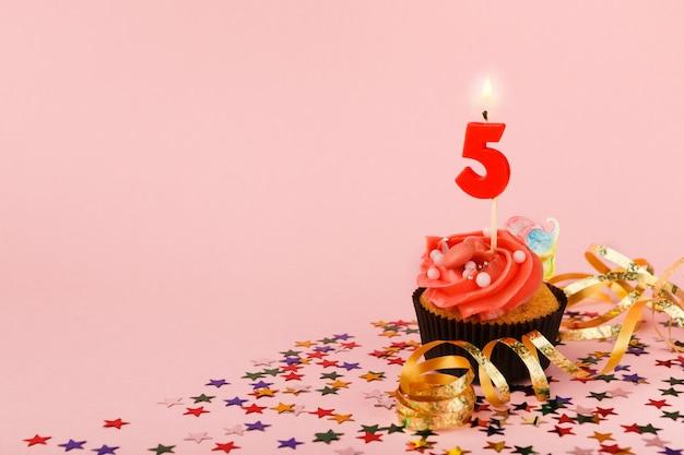 Cupcake per il quinto compleanno con candelina e codette