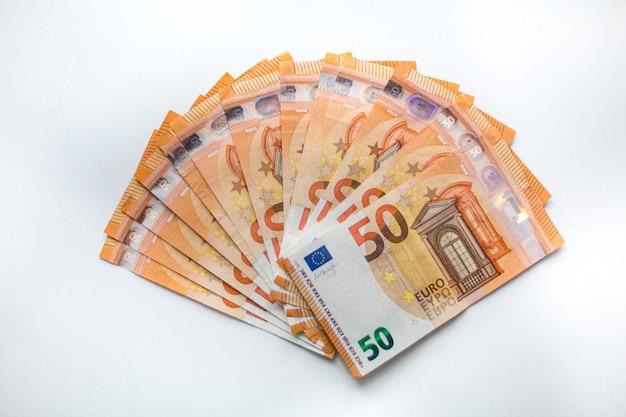 Cinquanta banconote in euro denaro, valuta europea su sfondo bianco. vista in primo piano, tema finanziario