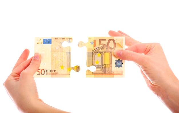 Una banconota da cinquanta euro puzzle su sfondo bianco
