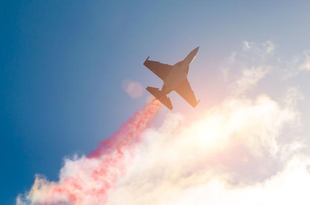 Gli aerei a reazione volano e lasciano dietro di sé una scia di fumo, il bagliore del sole delle nuvole.