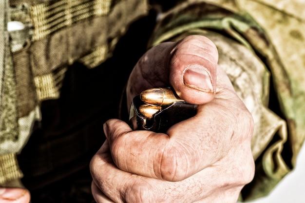 Il combattente prepara una clip con i proiettili prima del prossimo combattimento