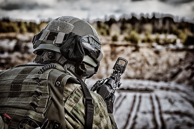 Il combattente di un'unità speciale esegue una missione pericolosa