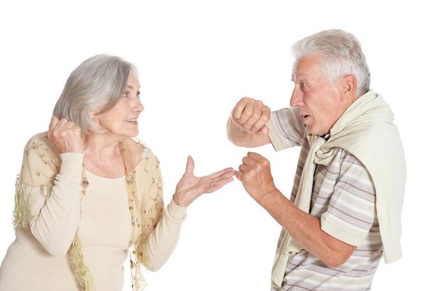 Combattimento di coppia anziana su sfondo bianco
