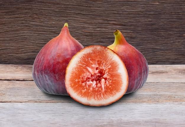 Frutti di fichi su fondo in legno