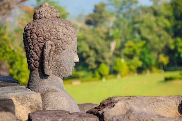 Una figura di una faccia nel tempio di borobudur. indonesia