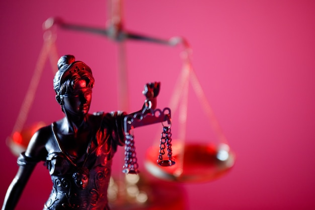 Figura di lady justice in primo piano dell'ufficio notarile. simbolo di giustizia e diritto.
