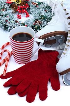 Pattini di figura con una tazza di caffè isolato su bianco
