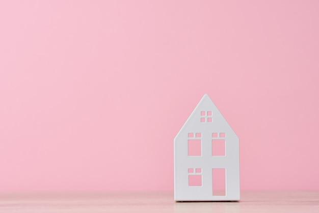 Figura della casa del giocattolo sul rosa