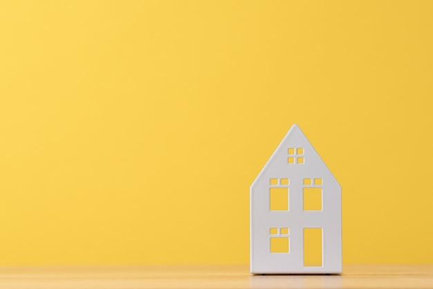Figura della casa del giocattolo su colore giallo