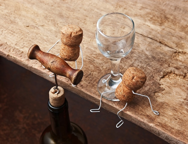 Figure da tappi per vino e bottiglia con il cavatappi