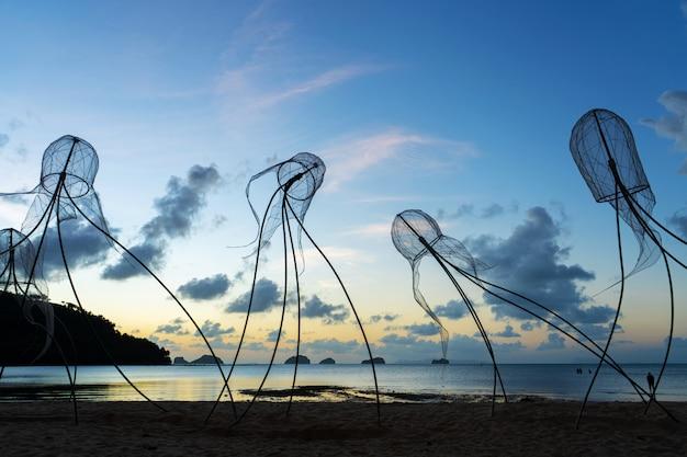 Figure di meduse sul cielo al tramonto.