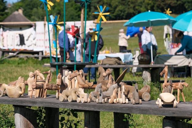 Figure di persone e animali scolpiti in legno stanno sul tavolo tradizionale artigianato popolare primo piano