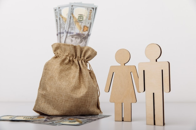 Figure di persone con sacco di soldi. concetto di risparmio familiare