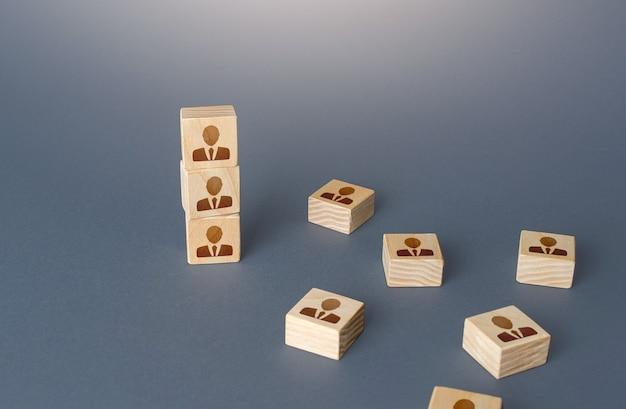 Figurina blocco torre con persone sistema gerarchico organizzazione aziendale assunzione reclutamento