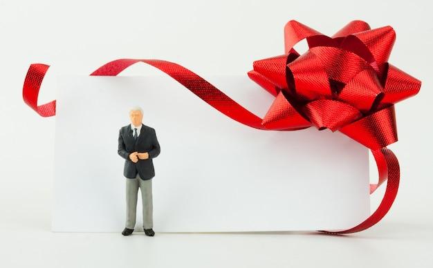 Figurina di uomo d'affari con carta regalo