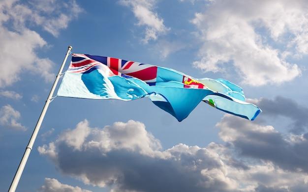 Bandiera dello stato di figi che fluttua nel vento contro il primo piano basso angolo di sfondo blu cielo nuvoloso