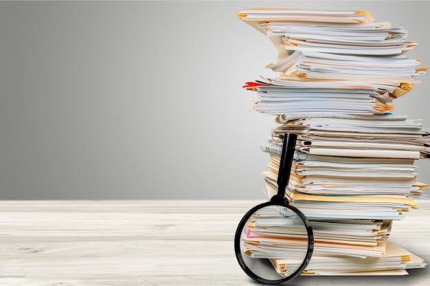 Cartelle di file con documenti e lente di ingrandimento