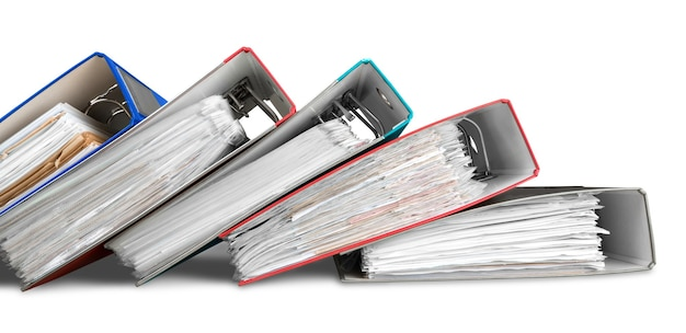 Cartelle di file con documenti su sfondo bianco