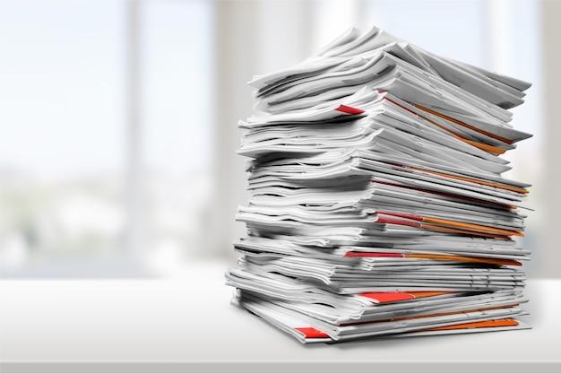 Cartelle di file con documenti sul tavolo bianco