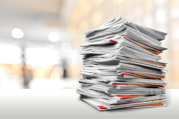 Cartelle di file con documenti su tavolo bianco
