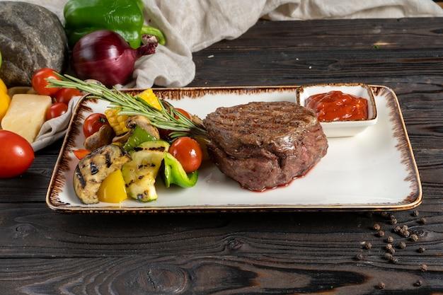 Bistecca di filetto mignon con verdure grigliate.