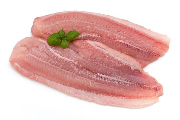 Filetto di pesce pangasio. isolato su sfondo bianco.