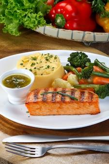 Filetto di tonno alla griglia con verdure cotte e purè di patate