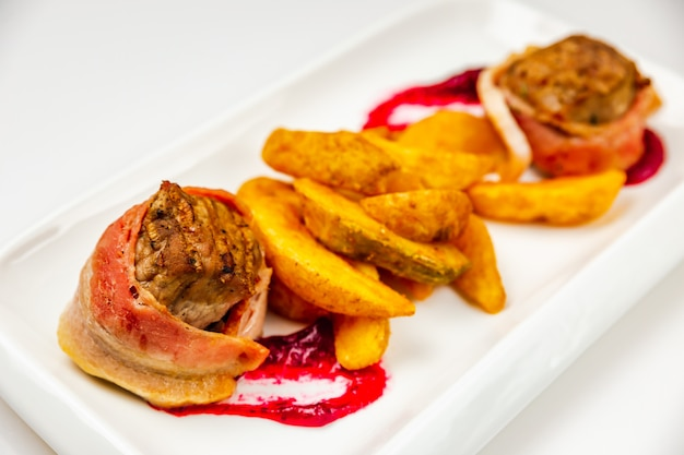 Filetto di mignon arrotolato in pancetta e cotto al forno con salsa di frutti di bosco