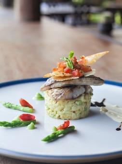 Filetto di branzino con verdure e riso.
