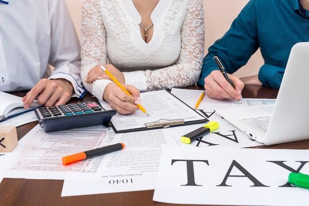 Compilazione del modulo 1040 con l'aiuto di un consulente, società di tassazione