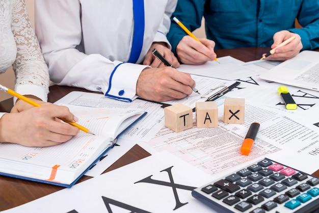 Compilando il modulo 1040 con l'aiuto di un consulente, società di tassazione