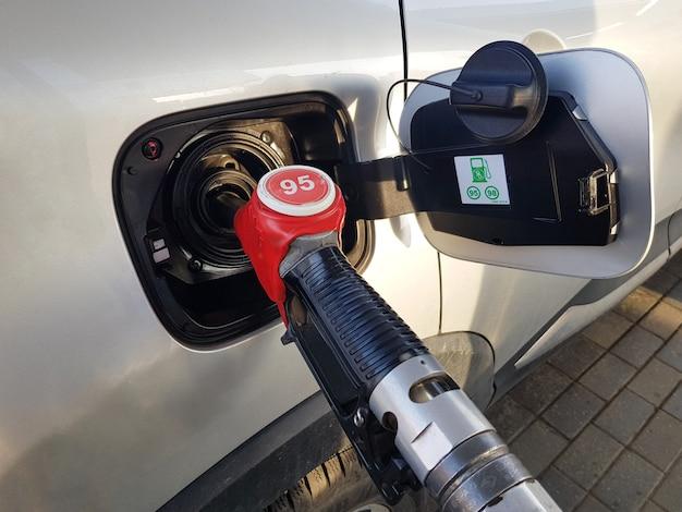 Rifornimento dell'auto con benzina inserire la pistola rossa nel serbatoio dell'auto per il rifornimento