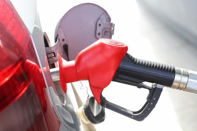 Rifornimento di auto con benzina alle stazioni di servizio