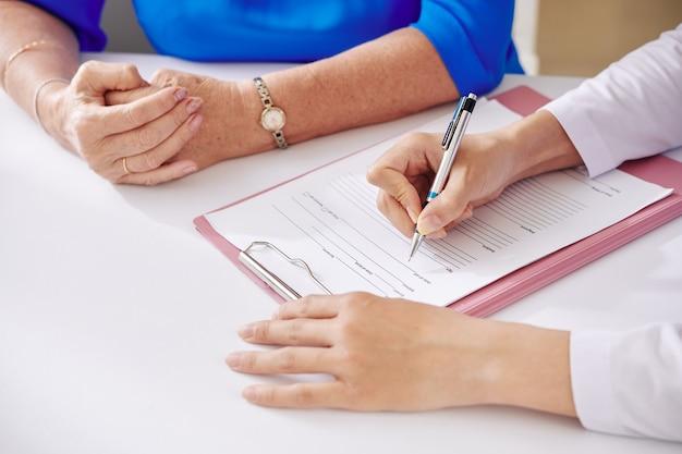 Compilazione del modulo di assicurazione medica