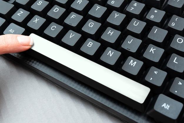 Compilazione di moduli di registrazione online che raccolgono la modifica di file di dati internet creando significativi