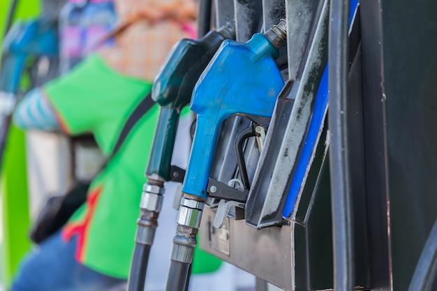 Stazione di rifornimento, che fornisce il rifornimento di carburante all'auto.