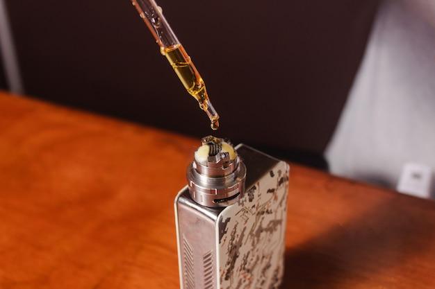 Riempire un vaporizzatore con e-liquid.