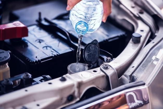 Servizio di manutenzione auto serbatoio riempimento lavacristallo parabrezza Foto Premium