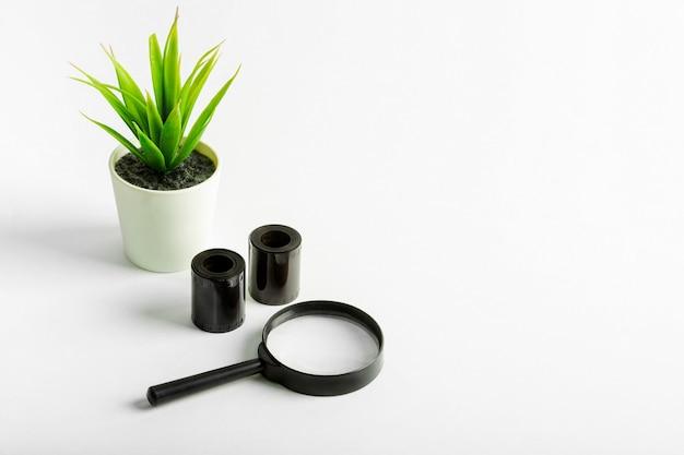 Pellicola 35 mm, negativi, lente d'ingrandimento.