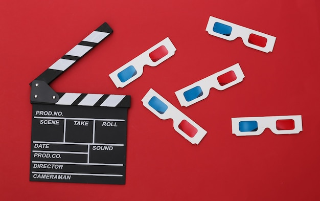 Bordo di valvola del film e vetri 3d su fondo rosso. industria cinematografica, spettacolo. vista dall'alto