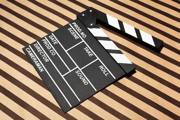 Scheda batacchio film su un tavolo
