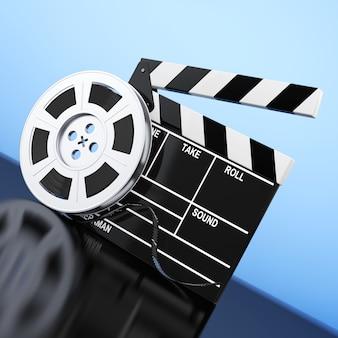 Bobina di pellicola con nastro cinematografico vicino a assicella su sfondo blu. rendering 3d.