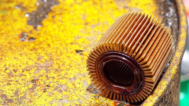 Filtrare l'olio motore usato su un serbatoio dell'olio giallo