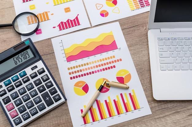 Posto di lavoro dell'analista di finanza con la lente d'ingrandimento