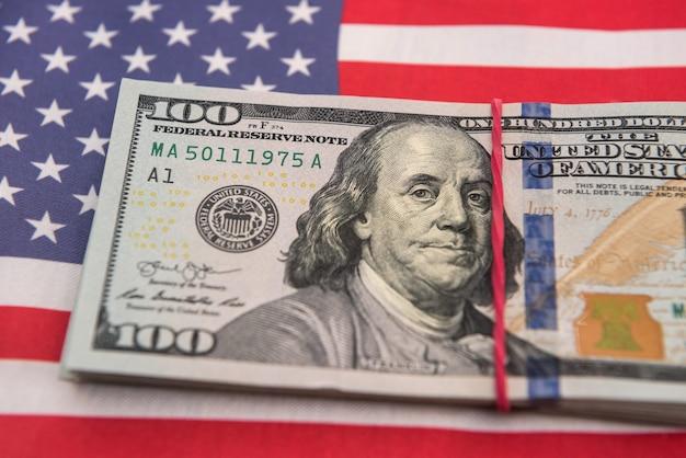 Banconote da un dollaro di concetto di finanza che si trovano sulla bandiera dell'america. finanza