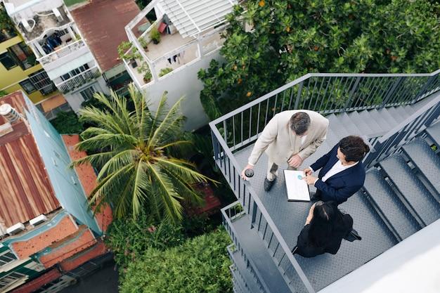 Responsabile del dipartimento delle finanze che mostra la relazione annuale ai suoi colleghi, vista dall'alto