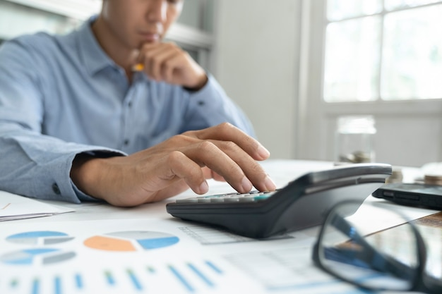 Concetto di economia di risparmio delle finanze. il ragioniere o il banchiere calcolano il conto in contanti.
