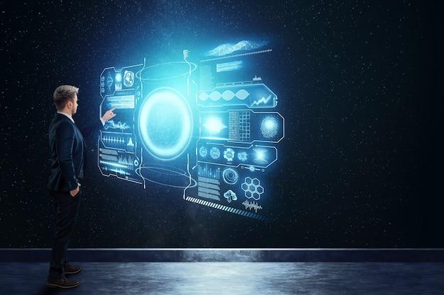Analisi finanziaria, un uomo in giacca e cravatta, un uomo d'affari si erge sullo sfondo di un ologramma con graffiti e dati