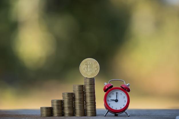 Uomo d'affari finanziario che raccoglie concetto di investimento aziendale bitcoin